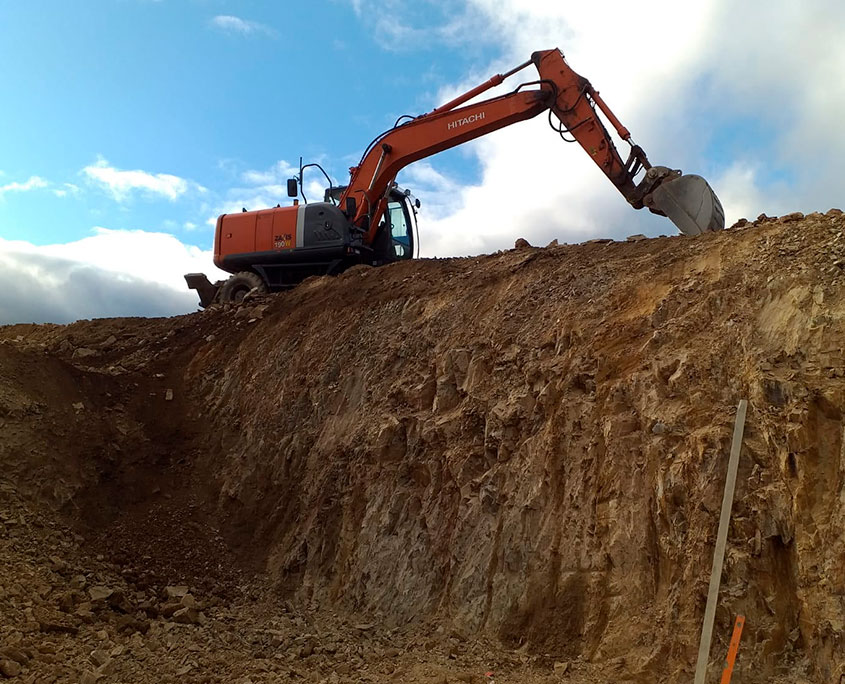 Excavadora moviendo tierra