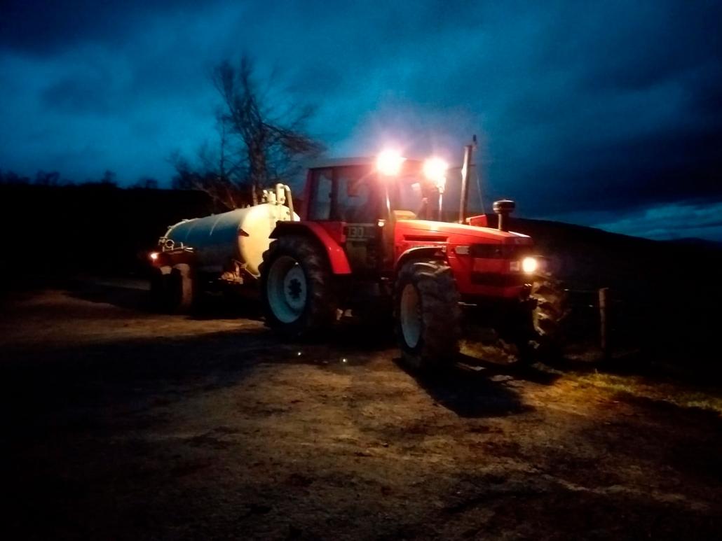Tractor con cuba y brazo desbrozador